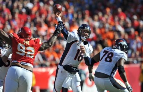 Manning Throws 2 TDs, Leads Broncos Past Chiefs